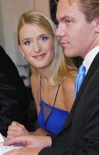 Stefanie Hertel lächelt - deutlich jünger - in die Kamera.
