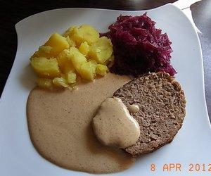Hackbraten mit Kartoffeln und Rotkohl