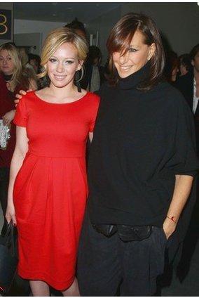 Hillary Duff mit ihrer Freundin Donna Karan auf der DKNY Show