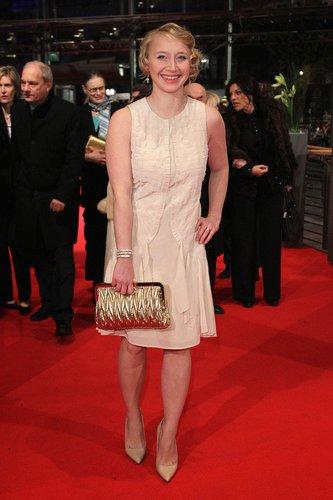 Anna Maria Mühe im cremefarbenen Kleid.