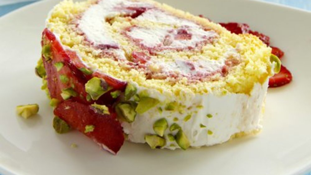 Biskuitrolle mit Erdbeeren