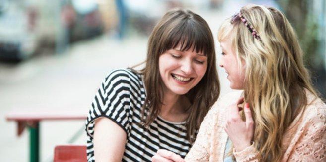 Speed Dating: Zwei Frauen im Straßencafé