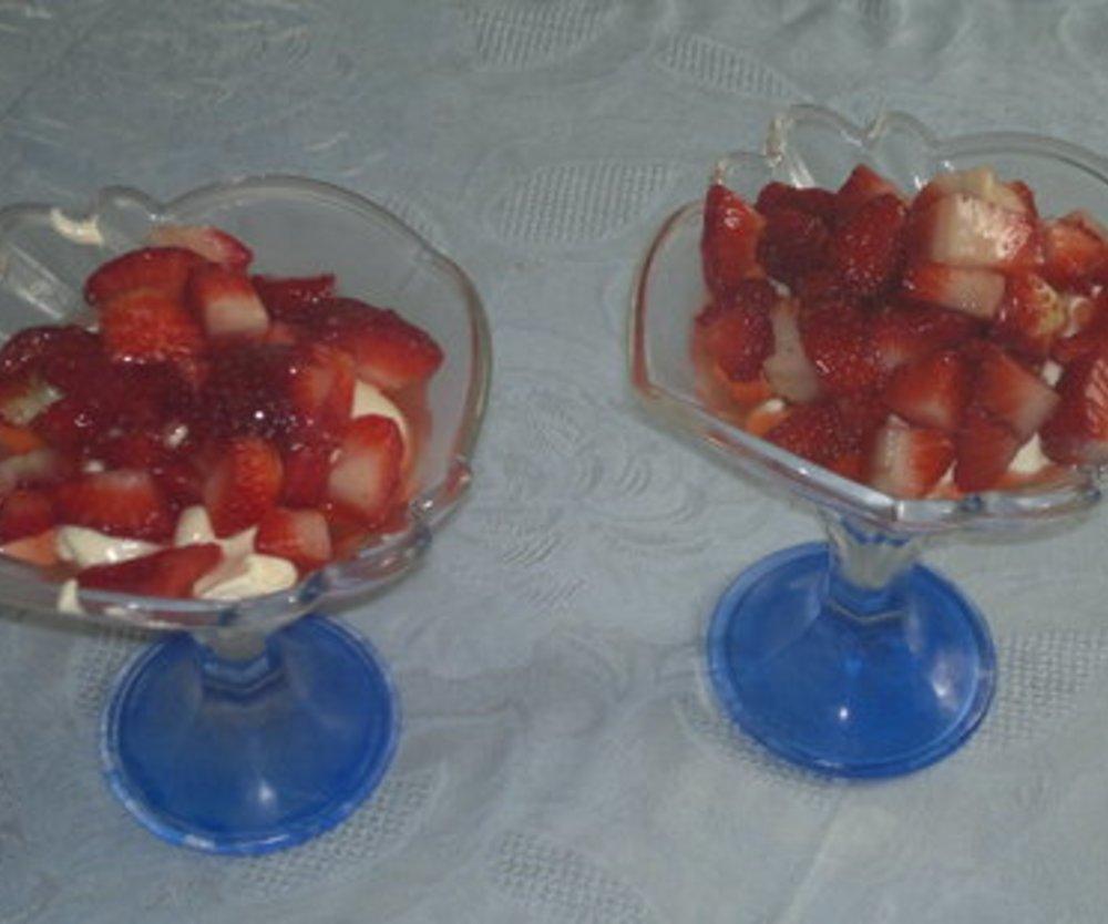 Leckere Vanillecreme mit Erdbeeren