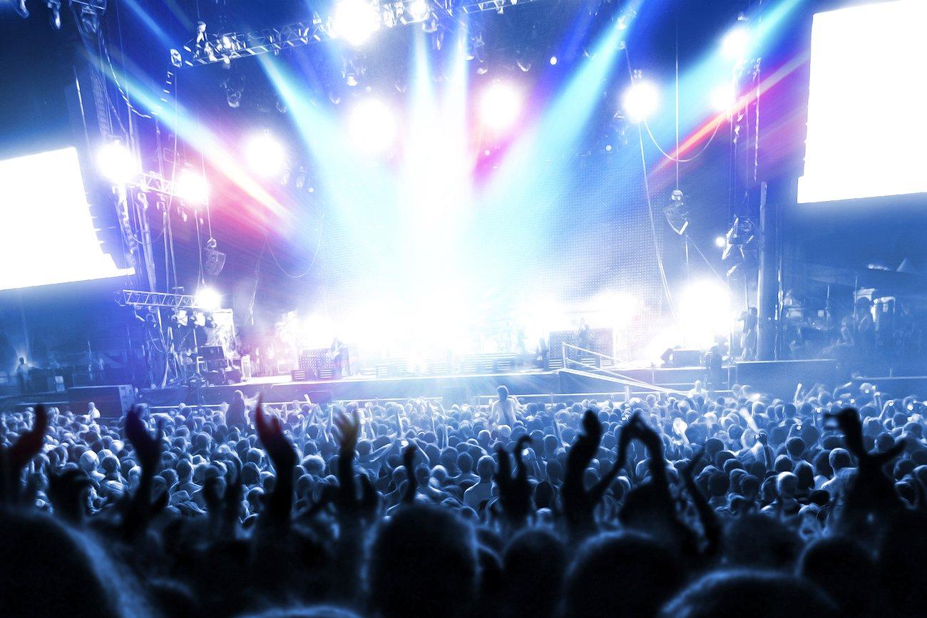 Menschenmasse vor der Bühne