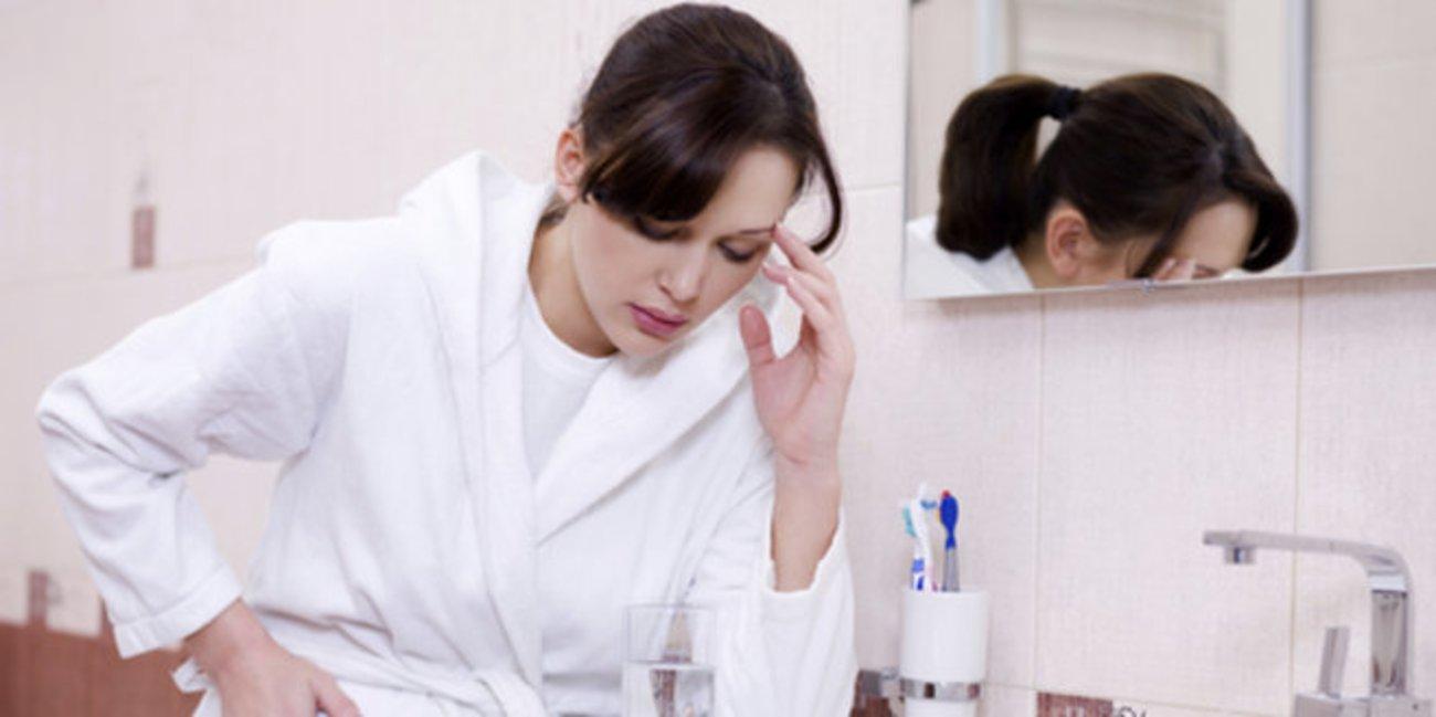 Übelkeit in der Schwangerschaft: Frau im Bad