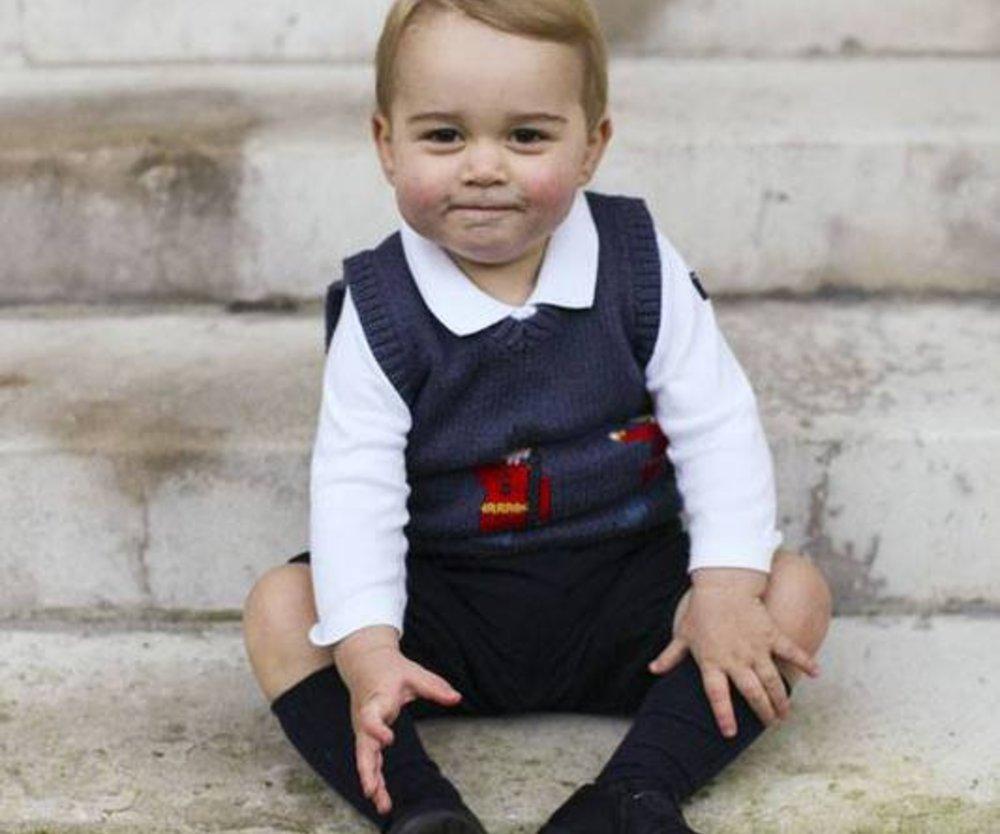 Prinz George auf den Treppenstufen des Kensington Palace