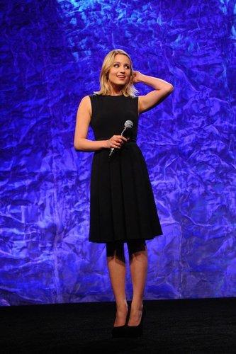 Dianna Agron moderiert eine Preisverleihung.