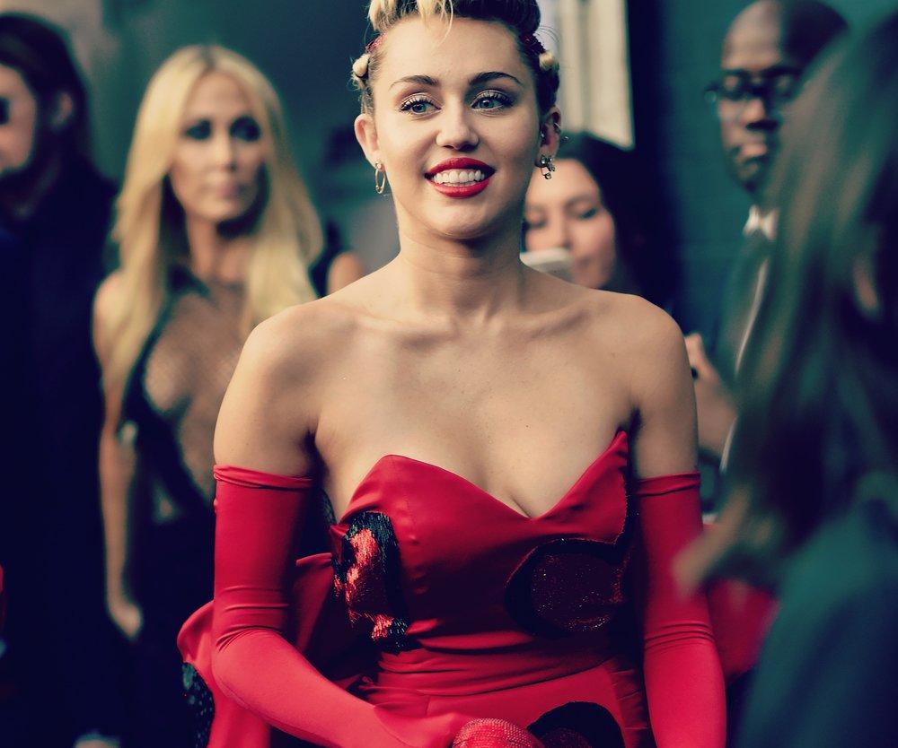 Miley Cyrus bald vorm Traualtar?