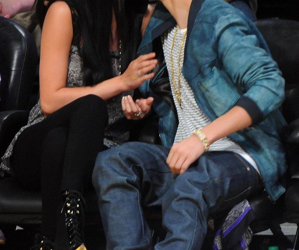 Justin Bieber und Selena Gomez knutschen beim Basketball