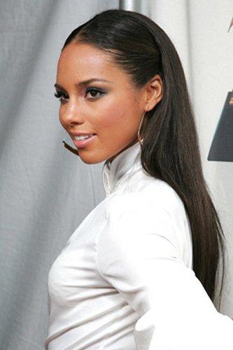 Elegant zurückgestyltes Haar bei Alicia Keys