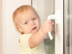 Kleinkind am Fenster
