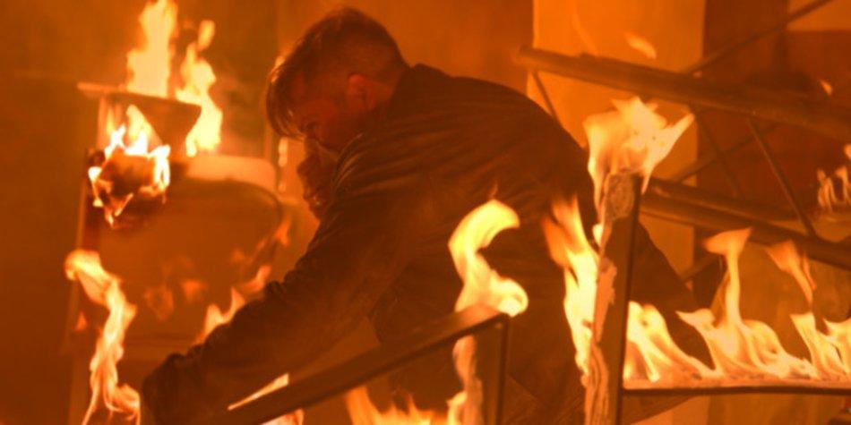 Leon rennt in die Flammen