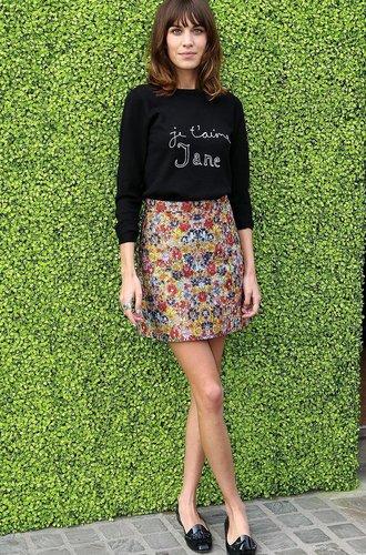 Alexa Chung mit einem Blümchenrock und einem schwarzen Longsleave