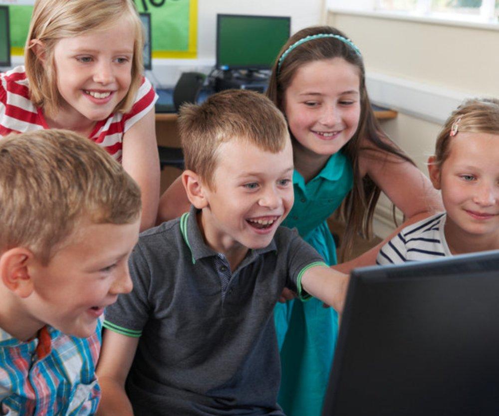Lehrerin klärt Schüler über Gefahren der Social Media auf