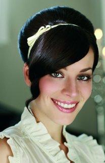Hochsteckfrisur mit Haarband in schwarz