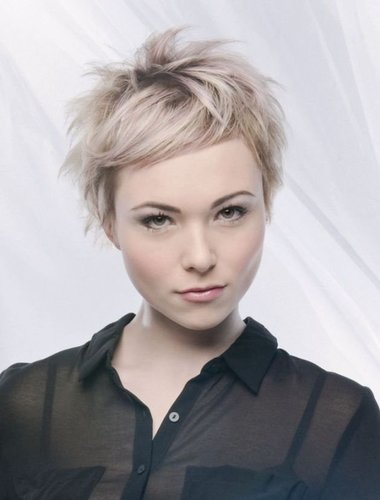 Blonder, wild gestylter Pixie Cut