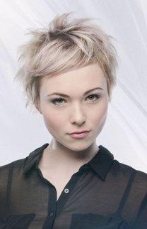 Blonder, wild gestylter Pixie Cut