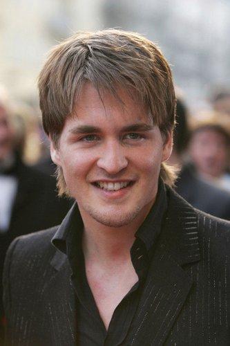 Alexander Klaws lächelt in die Kamera.