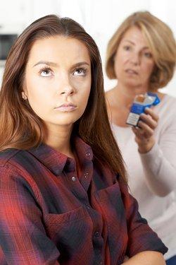 Mutter verbietet Tochter rauchen