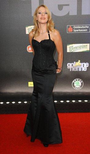 Stefanie Hertel im schwarzen Abendkleid.