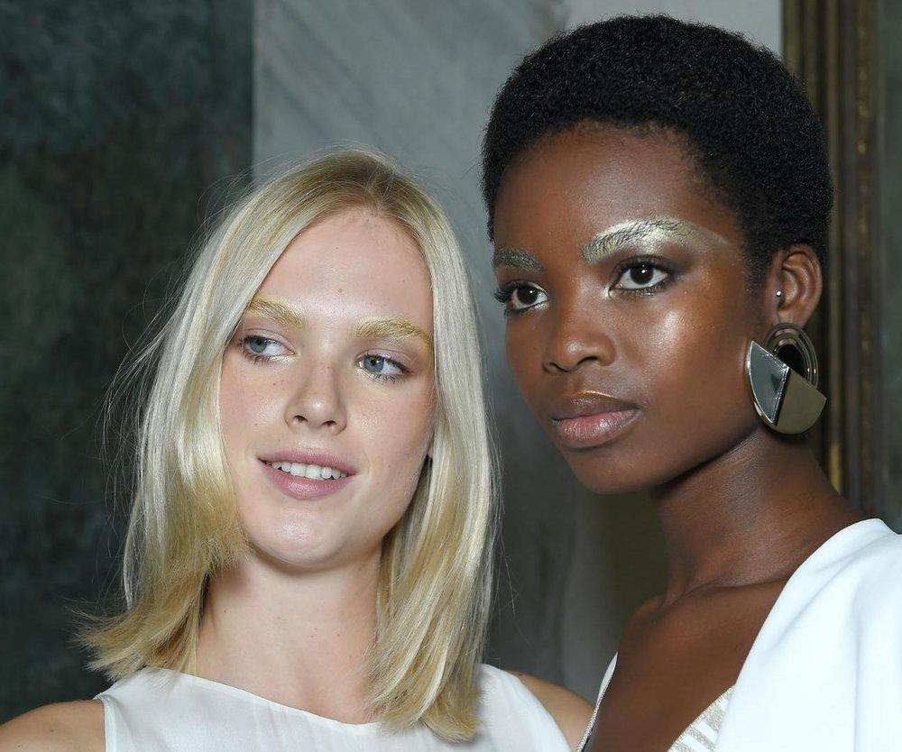 Bei Genny trugen die Models ihre Augenbrauen gold geschminkt