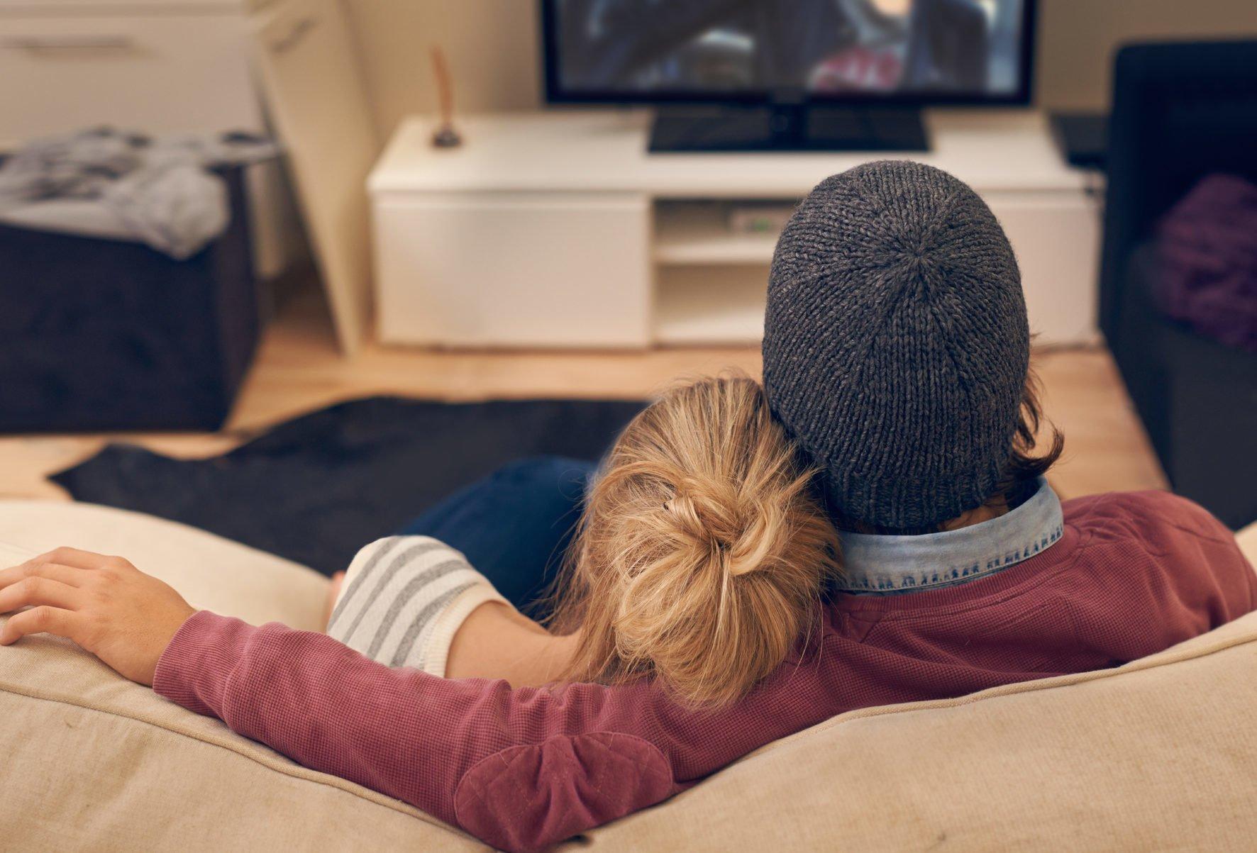 Pärchen vor dem Fernseher
