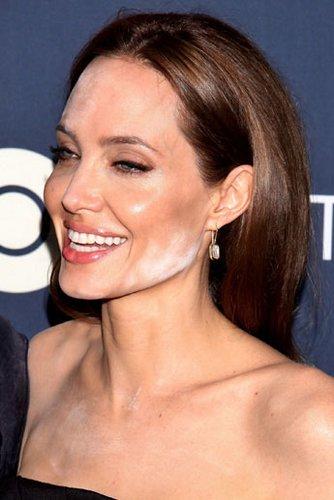 Angelina Jolie erlitt bei einer Filmpremiere in New York eine Make-up-Panne. Durch das Blitzlicht der Fotografen wurde weißer Puder sichtbar. Ihr Make-up-Artist hatte anscheinend zu viel davon auftragen.