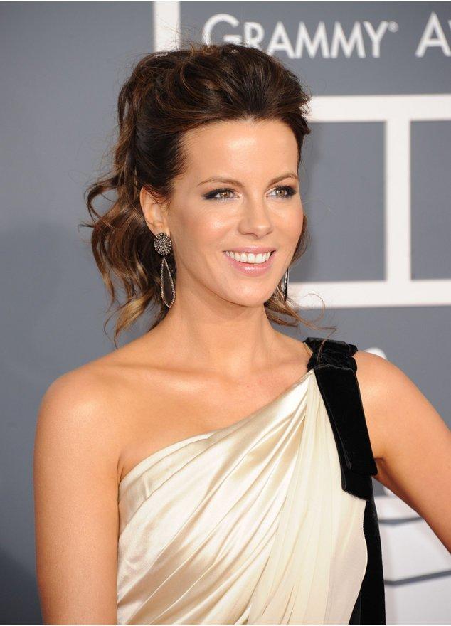 Kate Beckinsale ist strahlend schön im Abendkleid.