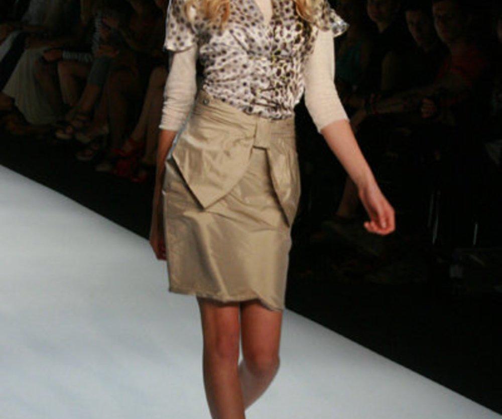 Bluse kombiniert mit Schleifenrock und lockiger Frisur.