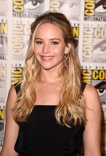Jennifer Lawrence: Halbzopf mit leichten Wellen