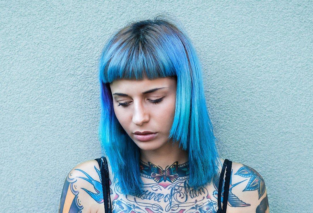 Blau gefärbte Haare