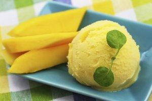 Leckeres Mango Sorbet mit Basilikum