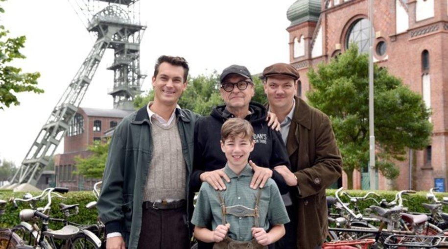 Drehbuchautor und Komparse Till Beckmann (l-r), Regisseur Adolf Winkelmann und die Schauspieler Charly Hübner und Oscar Brose.