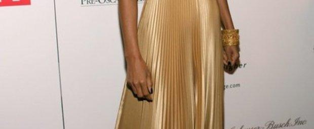 Halle Berry in goldenem langen Kleid