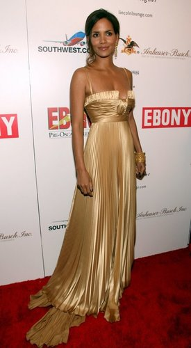 Halle Berry in goldenem langen Kleid