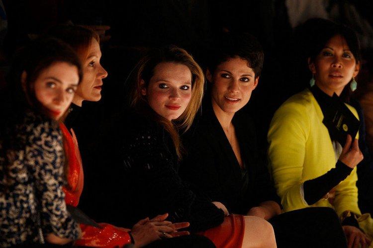 Karoline Herfurth in der ersten Reihe einer Fashion Show.