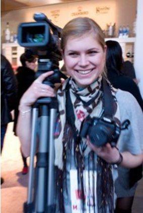Frau mir Fotokamera und Filmkamera