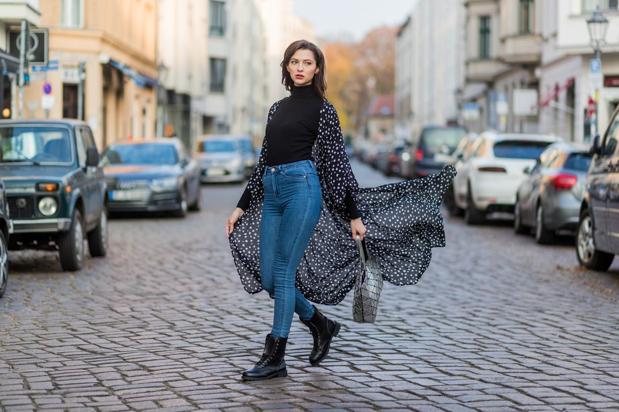 der-schwarze-rollkragenpullover-kombiniert-jeans-bluse-fata-topmodel.jpg
