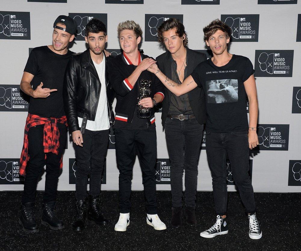 One Direction: Louis Tomlinson stürzt beim Auftritt