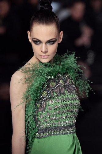 Louis Vuitton: Exotisches Korsagenkleid mit Strassbesatz und Federn in grün für einen sexy Look