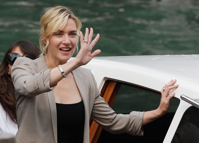 Kate Winslet winkt den Fans
