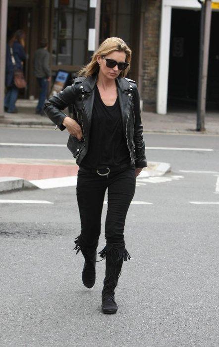 Kate Moss in einem schwarzen Outfit