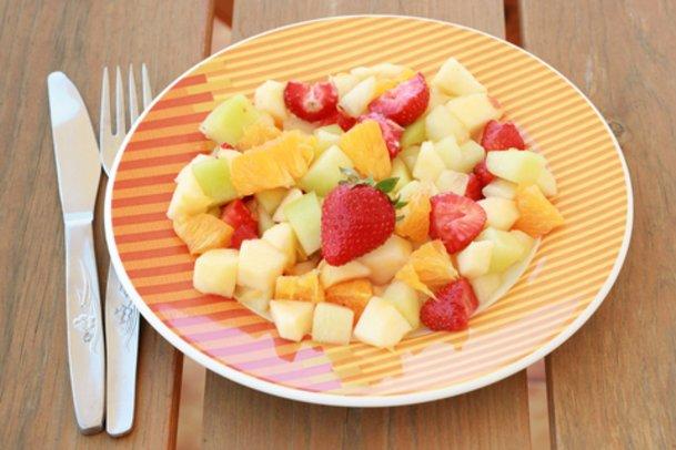 Leckerer Sellerie-Melonensalat mit Erdbeeren.