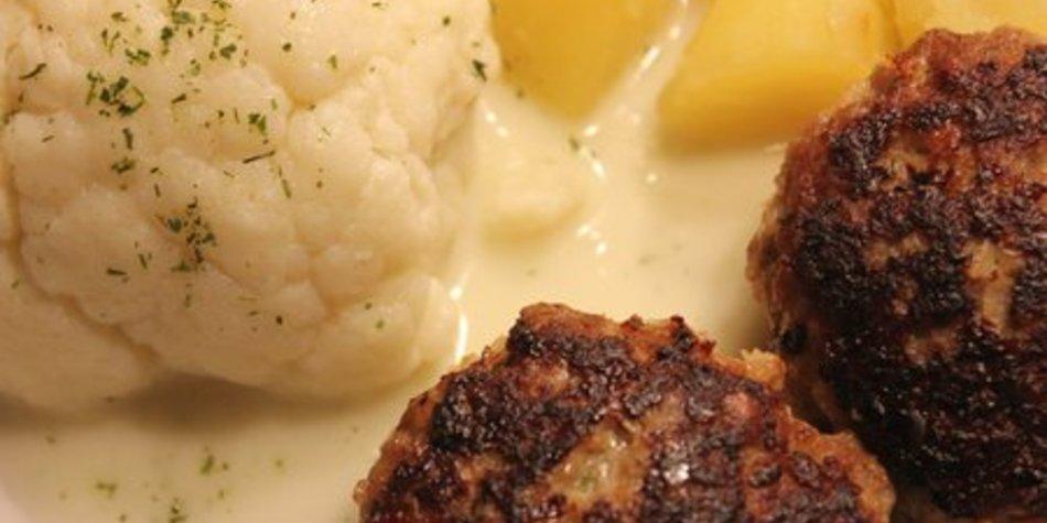 Frikadellen mit Käse, Salz Kartoffeln und Blumenkohl in Soße