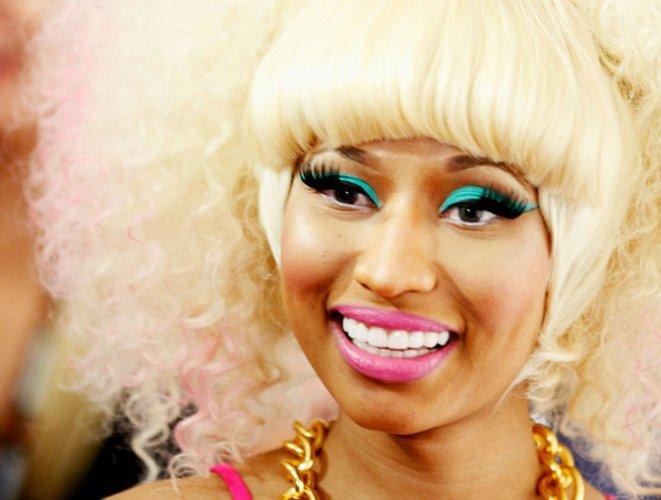 Nicki Minaj mit auffälligen Fake Lashes