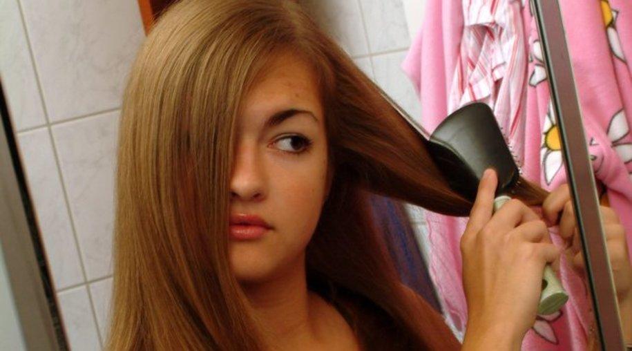 Spätestens wenn sich die Haare schwer kämmen lassen, wird es Zeit für eine Intensivkur.