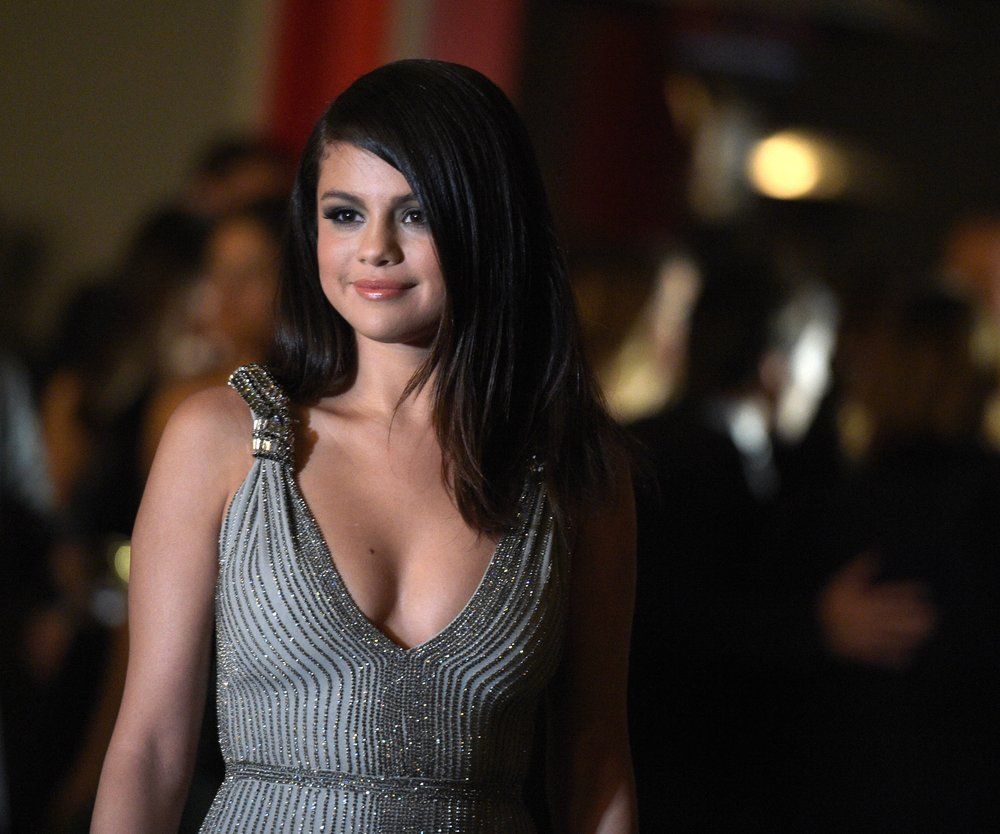 Selena Gomez ganz in weiß