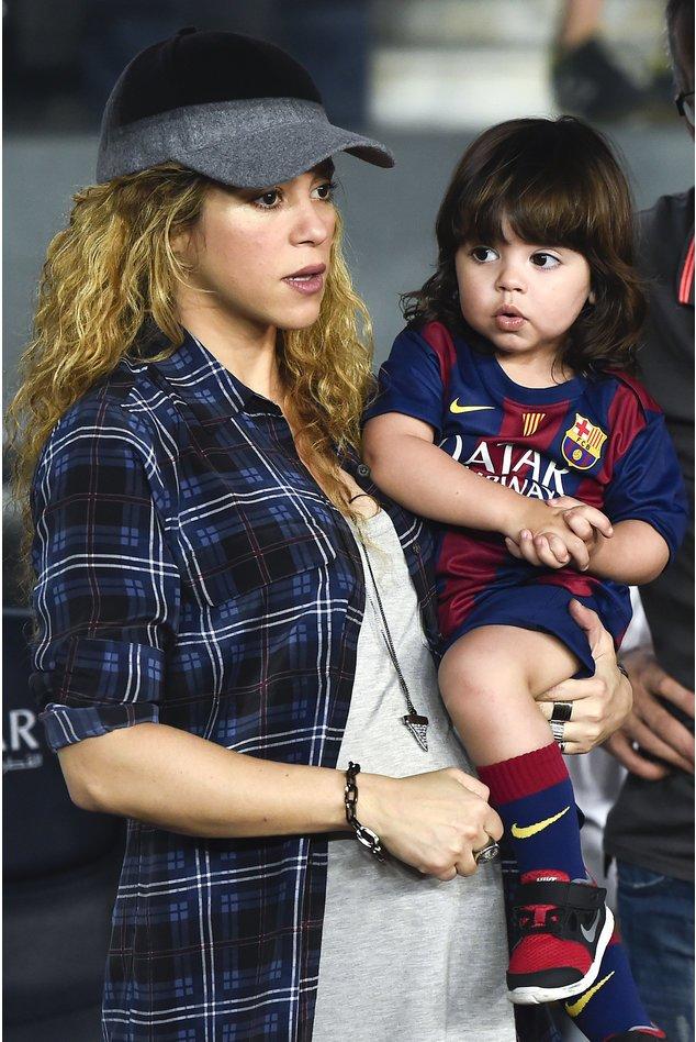 Shakira hält ihren Sohn Milan in ihren Armen