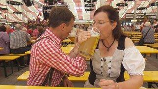 """Beim Dorffest versucht Gottfried (54), dem munteren Milchbauer Brigitte (52) mit Brüderschaft-Trinken näher zu kommen. Verwendung der Bilder für Online-Medien ausschließlich mit folgender Verlinkung:""""Alle Infos zu """"Bauer sucht Frau"""" im Special bei RTL.de: http://www.rtl.de/cms/sendungen/bauer-sucht-frau.html"""