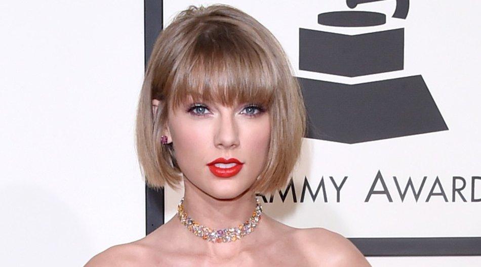 Die Beauty-Redakteure sind sich einig: Taylor Swift hat in Sachen Styling bei den Grammys 2016 alles richtig gemacht. Mit ihrem neuen Bob, dem zum Kleid passenden Lippenstift und ein paar Glitzerelementen um Augen, Hals und Fingernägel legte sie auch abseits der Bühne einen unvergesslichen Auftritt hin. ( Jason Merritt/Getty Images for NARAS)